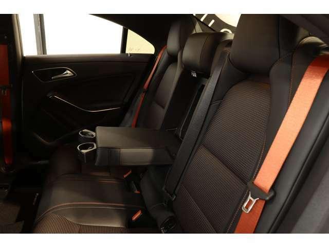 リアシートは広々としており、膝周りも圧迫感もないのでゆったりとした時間をお過ごし頂けます!後席にもドリンクホルダー付きアームレストを装備!リア3面プライバシーを採用しています!