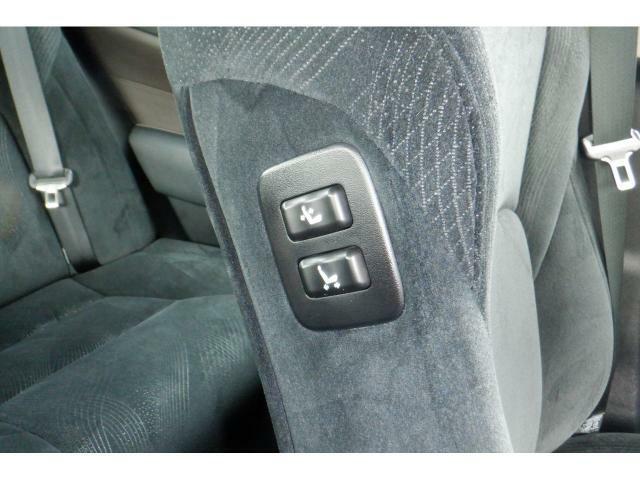 運転席からも助手席のシート位置を変更することができます。