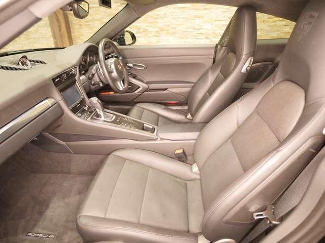 オールレザーシートで着座面と背中はエンボス加工されております。シートエアコンも装備されており、これからの暑い時期も快適にドライブしていただけます。