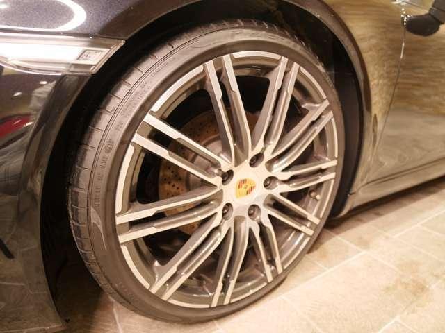 20インチターボホイールが装備されております。タイヤの溝も8分山ほどございます。