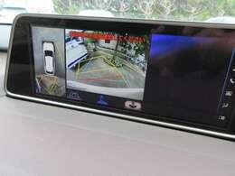 ワイドモニターのメーカーナビには、車両上方からの映像と後方カメラからの映像を同時に表示し、駐車時の安全確認をサポートする「パノラミックビューモニター」が搭載しております。