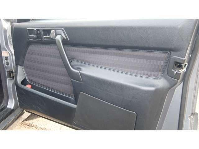 フロントシート写真で書きましたが運転席ドアパネル中心部MBTEXが引っ張っている為浮いています。