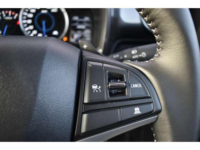 【ステアリングスイッチ右】ハンドルを握りながらクルーズコントロールの設定が可能!ハンドルから手を離さなのでこれも安全性のアップに繋がっております!