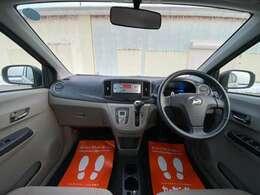 ベージュカラーが明るく、清潔なイメージの運転席!広く、ストレスを感じない車内です!