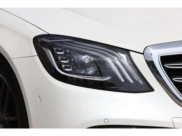 後期モデルからヘッドランプの内部に3本の光ファイバーが採用され、よりダイナミックさを増しております。