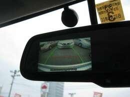 「バックモニター」 ギアをリバースに入れれば、ルームミラーに後方の様子を映し出します♪車を駐車する際やバックをするときに便利です♪