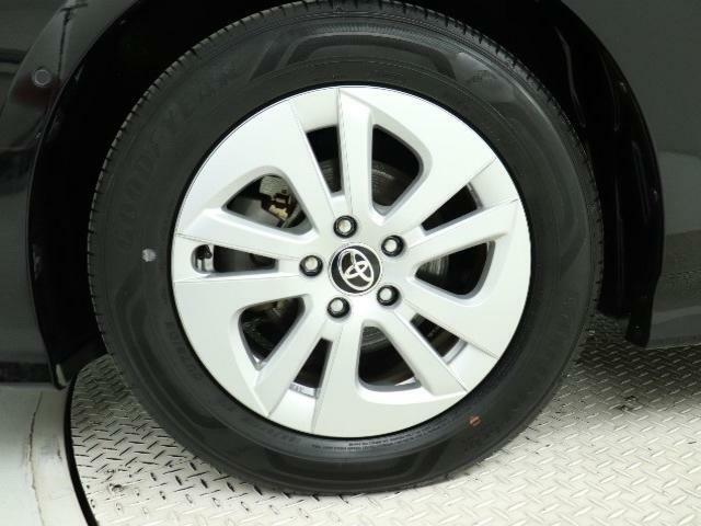 195/65/15サイズのタイヤを装着しています♪デザインの良い純正ホイールキャップを装着しいます♪