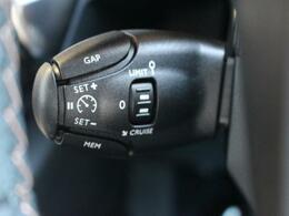 追従型クルーズコントロールが標準装備。 30km/h以上で走行中、先行車と一定の車間距離を保ちます。
