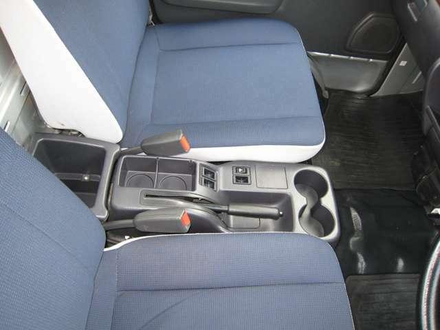 座席の間にドリンクホルダー、収納箇所が多数有り便利です♪