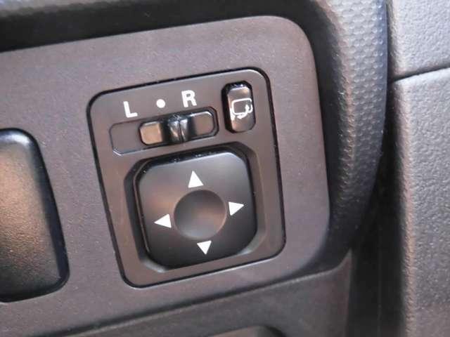 運転席からドアミラーの調整が可能です。