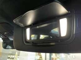 インテリアライトパッケージが搭載されておりますので、バニティミラーの部分にもライトがついております。