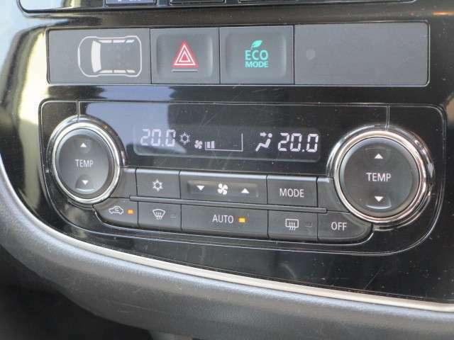 運転席助手席それぞれから任意に温度調整可能!左右独立温度調整式フルオートエアコン!