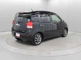 2代目には運転席側のヒンジドア(スイングドア)が新たに後席にも設けられ、後席へのアクセスがしやすくなっています。