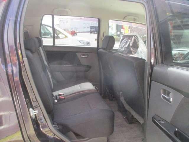 後部座席も広々です♪後部座席スライドシートになりますので、荷室も広くご使用できます。