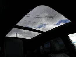 開放的なサンルーフ装備しております。穏やかな日差しが車内に注ぎこみます