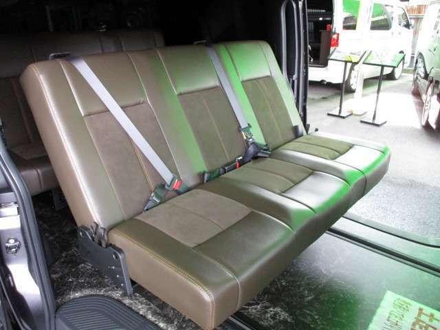 両サイドは3点式シートベルト、中央席は2点式シートベルトとなりますが、全席3点式でも製作可能です☆