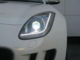 JAGUARのアイコンである【Jブレード】のシグネチャーライトを採用したヘッドライト!夜間の視界を確保し、青白い光軸で前方を鋭く照らすディスチャージドランプ