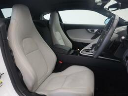 淡いホワイトのシーラスシート!電動パワーシートですので運転中のシート調節も安全に行えます。微調整も可能ですのであなただけのドライビングポジションを実現します。