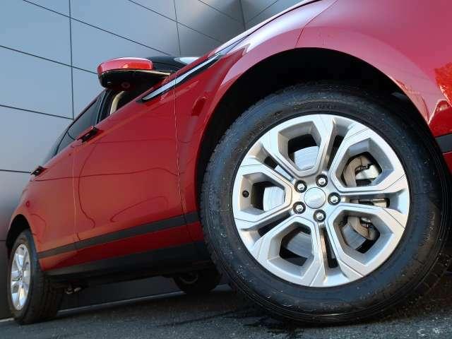 18インチ5スプリットスポークホイール装備!力強さと重厚感を感じさせる立体感のあるスポーク、車体全体のバランスを考慮した洗練されたデザイン性でイヴォークの魅力を際立たせます!