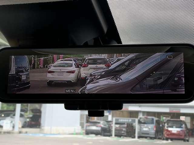 スマートルームミラー:車両後方のカメラ映像をミラーに映し出しので、車内の状況や、天候などに影響されず、いつでもクリアな後方視界が得られます。