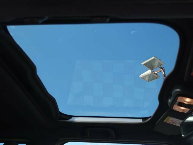 【スカイフィールトップ】ガラスルーフ搭載で車内の解放感が一気にアップ!開放的なドライブをお楽しみいただけます。
