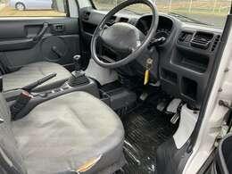 お決まり箇所ですが運転席シートサイドに切れあり