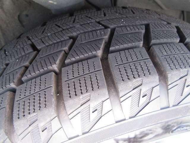 冬タイヤの残り溝は4本共十分に残っておりますのでまだまだ使用可能です。