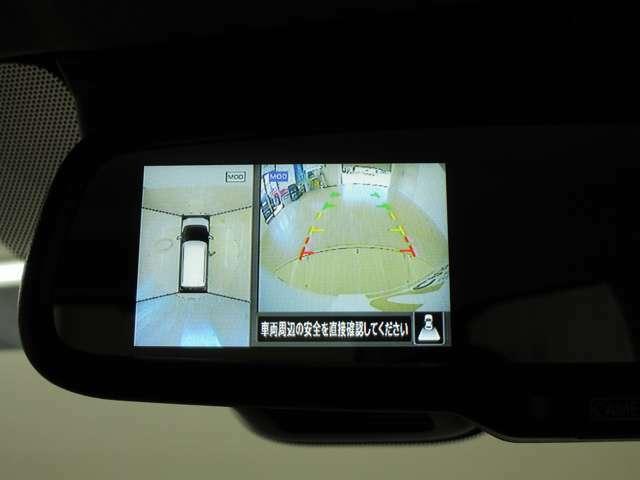 後退時にはバックカメラの映像が映ります。駐車に便利なガイドライン付き。