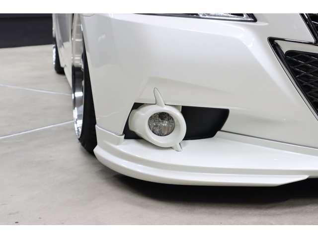 フロントバンパーの両端には、串に刺したタマゴ!?ではなく、とってもSportyなデザインの丸型フォグランプが付いています。