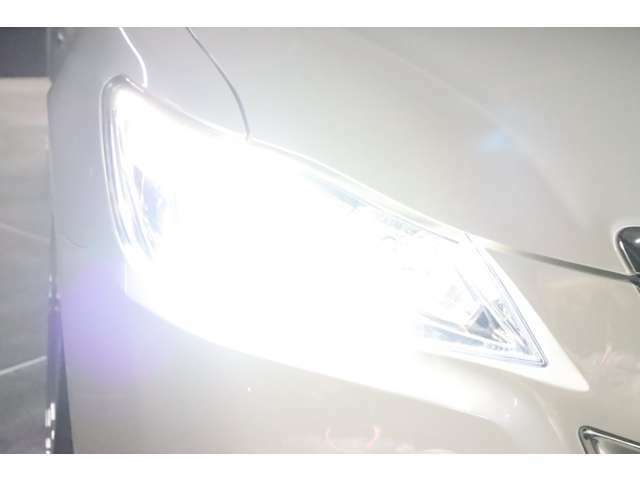 こちらはヘッドライトを点けている状態です。HIDsystemですので、ご覧の通り純白光のとっても明るくキレイな輝きです。