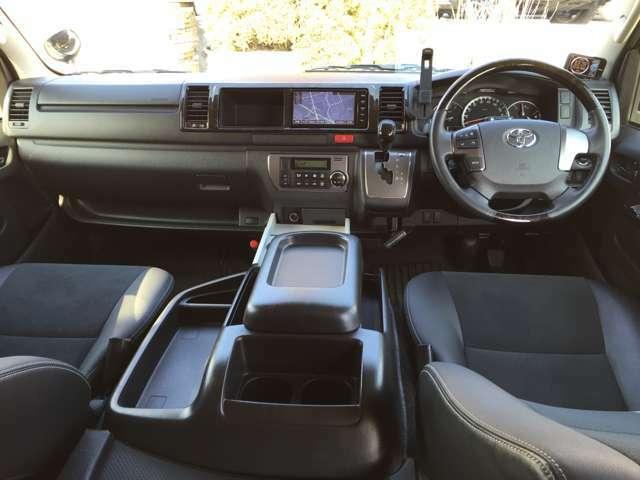 操作性に優れたインパネシフトと、見通しの良い運転席。収納、小物置きスペースも充実しています☆