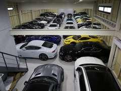 本社には指定・民間車検工場完備しております。フラット時には40台以上の収容が可能となっております
