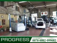サービス工場をショールームに併設しておりますので、万が一お車に問題が発生した場合でも迅速に対応致します。
