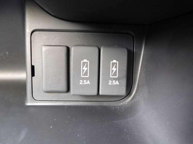 スマホや携帯電話などの充電に便利なUSBジャックです!中古車は現品限り一点ものです!まずは実車をご覧ください!