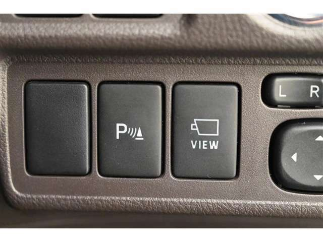 左から、◆クリアランスソナースイッチ、◆フロントビューモニタースイッチ  装備内容につきましてはスタッフまでお問い合わせください。