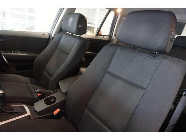 ファブリックパワーシートは、低走行車らしい、とても清潔感のあるシートで、シミや切れ・破れなどありません。気になるようなスレもなく、シート表皮の毛先が荒れた感じなどもありません。