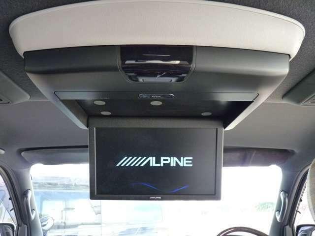 アルパイン製フリップダウンモニター装着しております。取り付けは専用キットを使用しインストールされております。後席に乗車される方もTVやDVDをお楽しみいただえます。