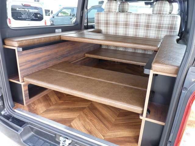 ストレージデザインはオークブラウン調の木目を採用しております。車内空間をよりカジュアルに演出いたします。
