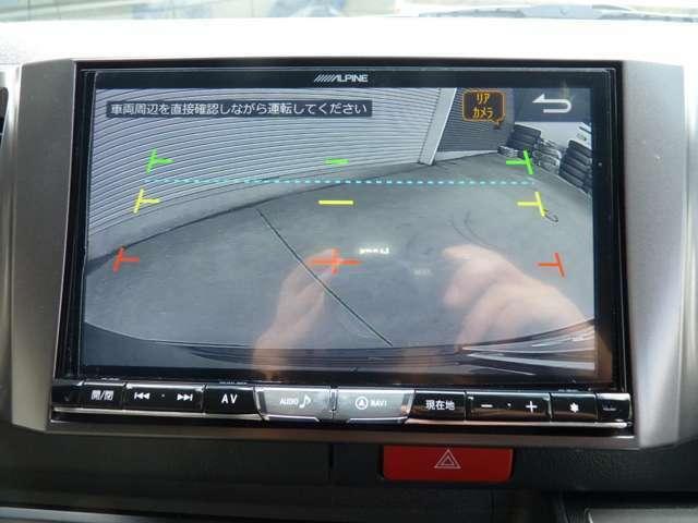 バックカメラも装着されておりますので駐車の際に死角となる後方部分もバッチリご確認いただけます。取り付けもリアガーニッシュ下の部分に取り付けておりますので目立ちません。