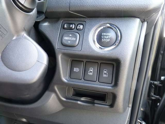 スマートエントリーシステムに両側パワースライドドアのメーカーオプション装着済みです。電動スライドドアは運転席スイッチ、ドアハンドル、キーレス操作で開閉可能です。