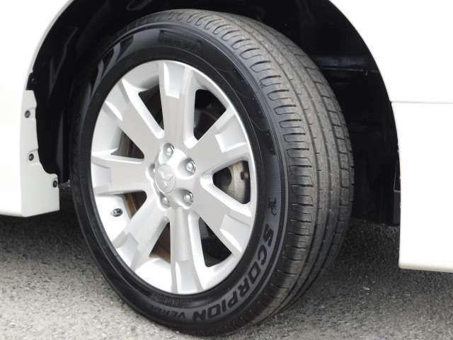 もちろん、お車のポイントは、足元ですよねぇ~^^純正18インチアルミ&225/55-18のタイヤは、名門ブランドのピレリ製です。^^