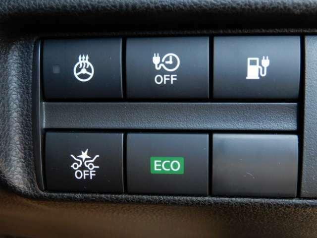 【踏み間違い防止アシスト】ブレーキペダルと間違えてアクセルペダルを踏み込んだ場合に、エンジン出力を抑制しブレーキを制御。壁やコンビニなどのガラス、人との衝突回避をアシストします。