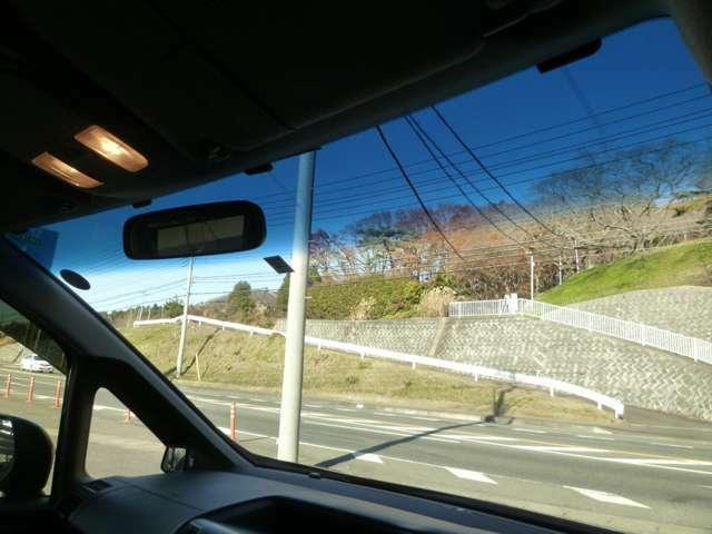 トップシェードガラス!眩しさを和らげてくれますので安全運転に貢献します。