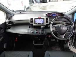 車内は開放感のある室内に、大きいフロントガラスで視界が広く周りが見やすいですよ。