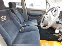 シートは、ベンチシートですので、足元も広く^^ゆったりとした感じで、乗れますよ^^