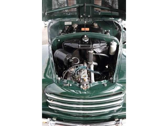 バッテリーはエンジンルーム内ではなく、リアシート下に設置されています