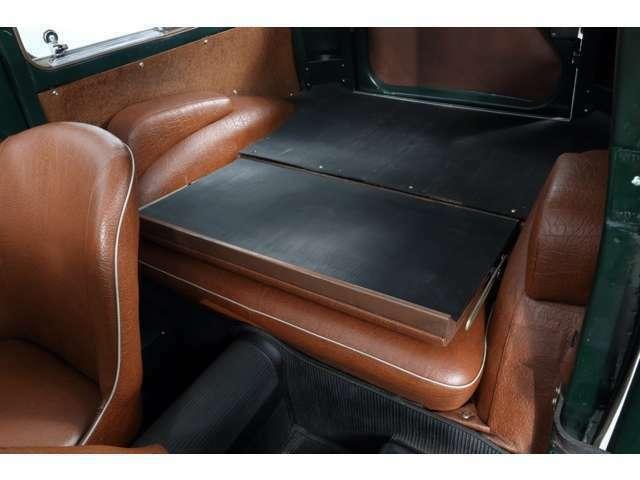 当時、後部座席を畳めるこのモデルは最先端といえました
