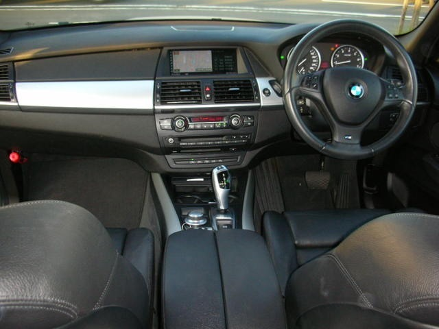 インダッシュ特選HDDナビにバックモニター搭載装備助手席ともパワーシート、サイドエアバック完備で安全性充実