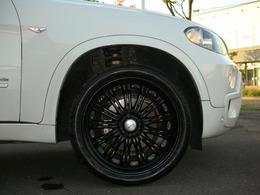 足廻りは社外アルミのオプションWスポーク マッドブラックM21AW装着でBMWドレスアップのブラックスポークの21アルミにワイドタイヤ