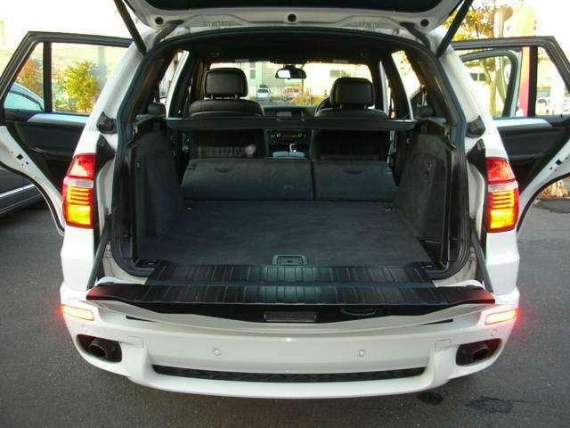 バックモニターも装備して充実内装の綺麗なブラック本革でセカンドシート倒してフルフラットに収納スペース充実SUV、